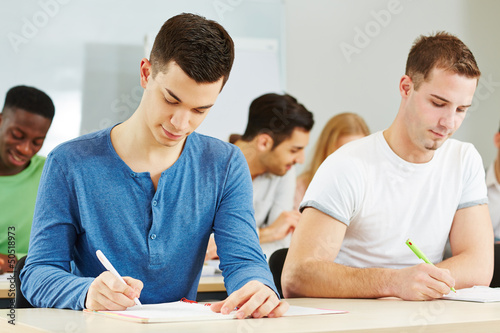 Studenten sitzen im Seminar an der Uni