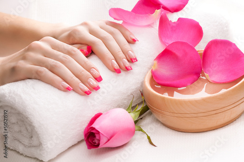 rece-z-pachnacymi-platkami-roz-i-recznikiem-spa
