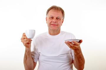 Mann geniesst Kaffee
