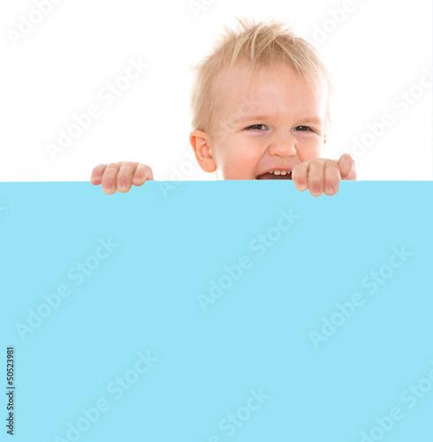 kind mit blauer tafel