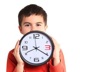 bambino mostra quadrante orologio