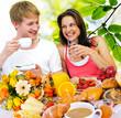 Junges Paar genießt Frühstück