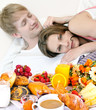 Junges, verliebtes Paar: Frühstück im Bett