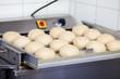 teiglinge für berliner in der bäckerei