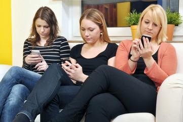 Junge Frauen mit Smartphones
