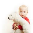 Kind umarmt sein Kuscheltier