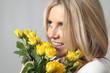 Frau bekommt Blumen geschenkt