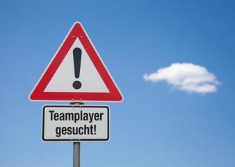 Achtung-Schild mit Wolke TEAMPLAYER GESUCHT!