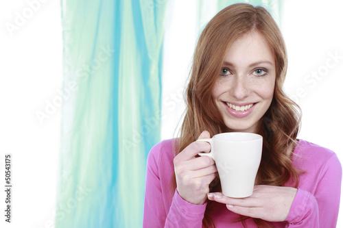 Junge Frau mit einem Becher Kaffee
