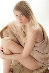 donna con abiti grezzi