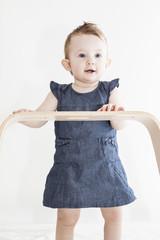 Wundervolles Mädchen lernt stehen
