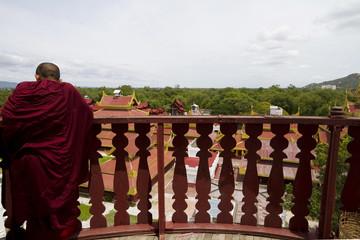 monaco affacciato al balcone, mandalay