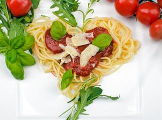 Spaghetti-Herz mit Tomatensauce, Parmesankäse und Kräutern