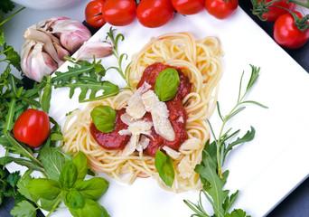 Spaghetti-Herz mit Tomatensauce, Parmesan und Kräutern