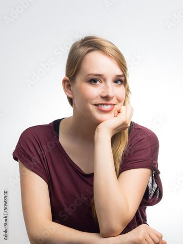Junge Blondine lächelt dich an