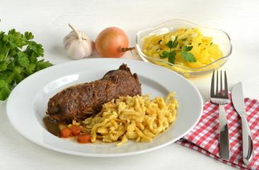 Rinderroulade mit Spätzle und Kartoffelsalat