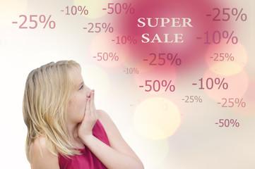 Молодая удивленная девушка на распродаже. Скидки