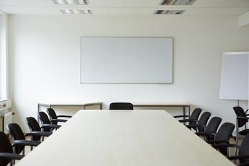 Leerer Konferenzraum mit Tafel