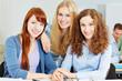 Quadro Lachende junge Frauen an der Uni