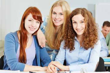 Lachende junge Frauen an der Uni