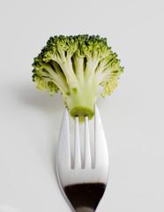 brocoli en branche sur une fourchette