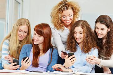 Frauen vergleichen verschiedene Smartphones