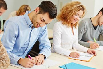 Mann und Frau im Assessment Center
