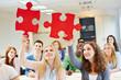 Studenten lösen Puzzle im Team