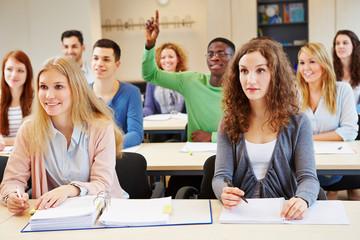 Schüler hebt Finger im Unterricht