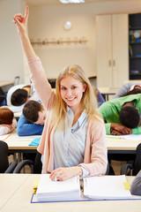 Schülerin meldet sich in schlafender Klasse