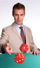Hombre lanzando dados en un casino,jugada.