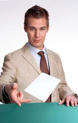 Hombre de negocios mostrando panel blanco,entregando tarjeta.