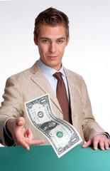 Hombre de negocios entregando dinero,pagando,