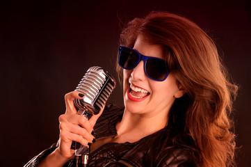 Rocksängerin mit Sonnenbrille