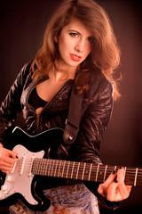 Brünette E-Gitarristin in einer Rockband