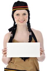 Junge Frau im Indianer-Kostüm hält leeres Schild