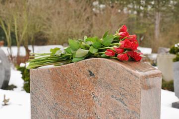 Rosen auf Grabstein