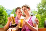 Glückliches Paar mit Bier im Biergarten Restaurant