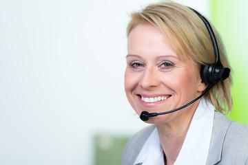 mitarbeiterin telefoniert mit headset