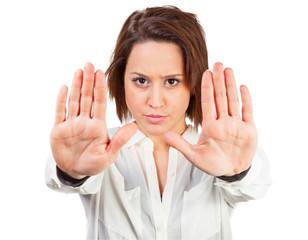 Frau hält mit den Händen Abstand