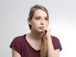 Junge Frau schaut sorgenerfüllt