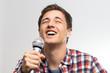Junger Mann singt ins Mikrofon