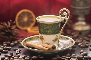 Dampfender Kaffee in Orientalische Mokka-Tasse