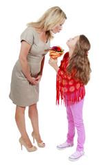 Glückliches Mädchen schenkt seiner Mutter Blumen - Muttertag