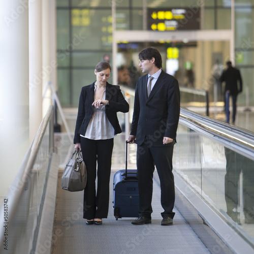 Geschäftspaar am Flughafen