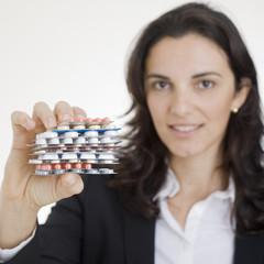 Geschaeftsfrau zeigt Tabletten