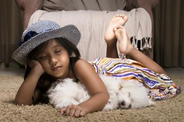 Pequeña niña duerme junto a su mascota