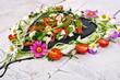 Italienisch genießen: Herz aus Mozzarella, Tomaten und Basilikum