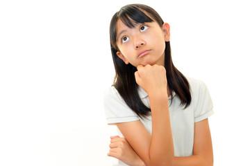 不安な表情の女の子