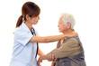 高齢者を診察する女医